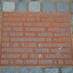 Na Mestnem trgu se nahaja znamenje o požigu knjig v času protireformacije.