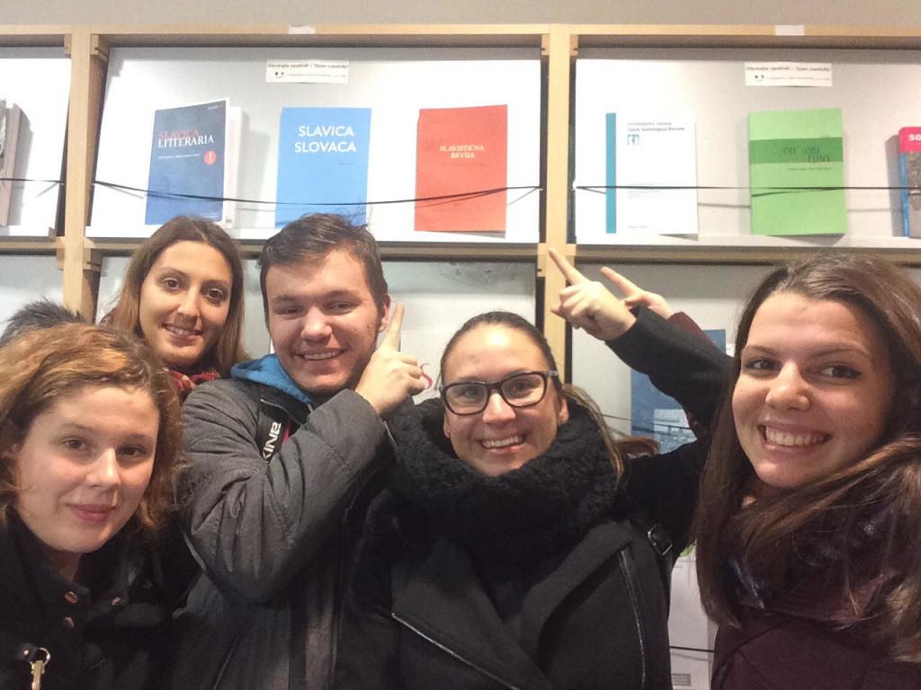 Sandra, Anja, Matej, Špela, Lea in Slavistična revija v knjižnici Filozofske fakultete v Pragi